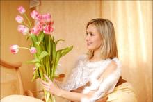少女与鲜花高清晰壁纸